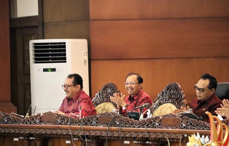 Gubernur Koster Setuju Pelantikan DPRD Bali Gunakan Pakaian Adat