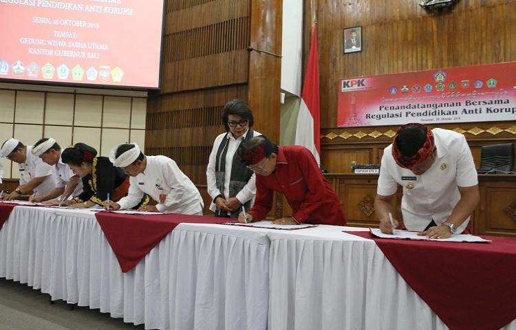 Gubernur-Koster-Targetkan-Program-Pendidikan-Antikorupsi-di-Bali-Mulai-Berjalan-2020.html