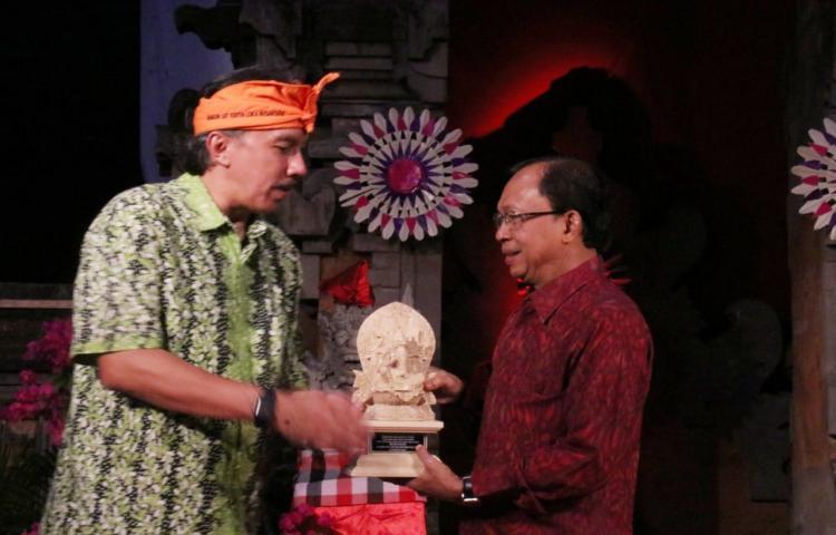 Ikatan-Alumni-ITB-Anugerahkan-Penghargaan-untuknbsp-Gubernur-Koster.html