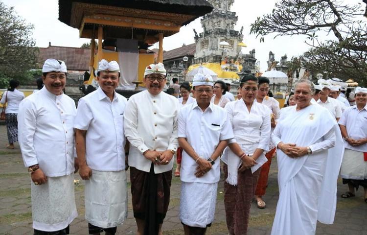 Jelang Peringatan HUT ke-61 Provinsi Bali, Gubernur Koster Ajak Jajarannya Sembahyang Di Pura Jagatnatha.