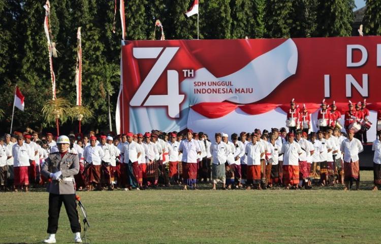 Upacara-HUT-RI-di-Pemprov-Peserta-dan-Gubernur-Koster-Berbusana-Adat-Bali.html