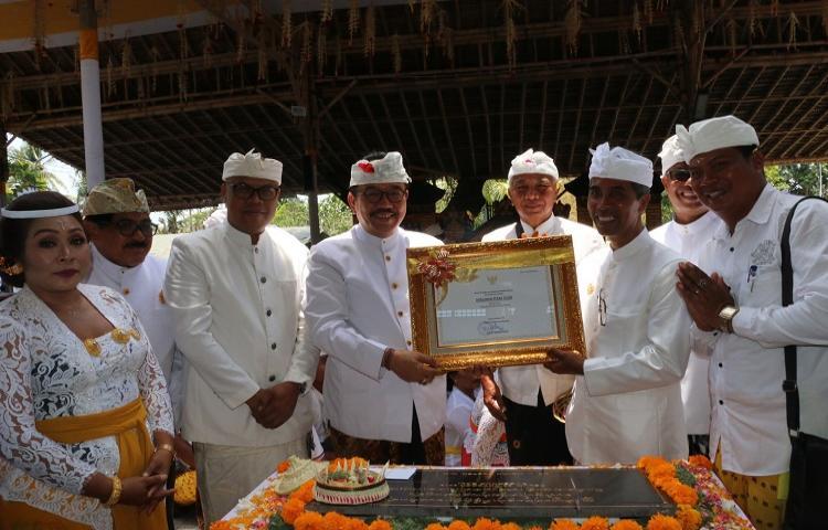 Wagub-Cok-Ace-Serahkan-Penetapan--Warisan-Budaya-Takbenda-Indonesia-Pada-Desa-Celuk-Gianyar.html